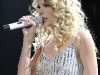 taylor-swift-leggy-at-justin-timberlake-and-friends-concert-08