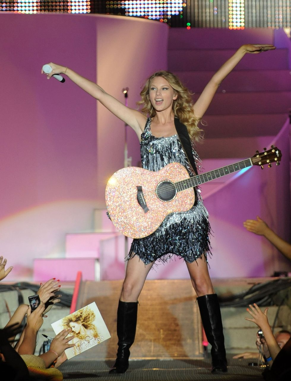 taylor-swift-performs-at-the-17th-annual-country-thunder-usa-music-festival-01