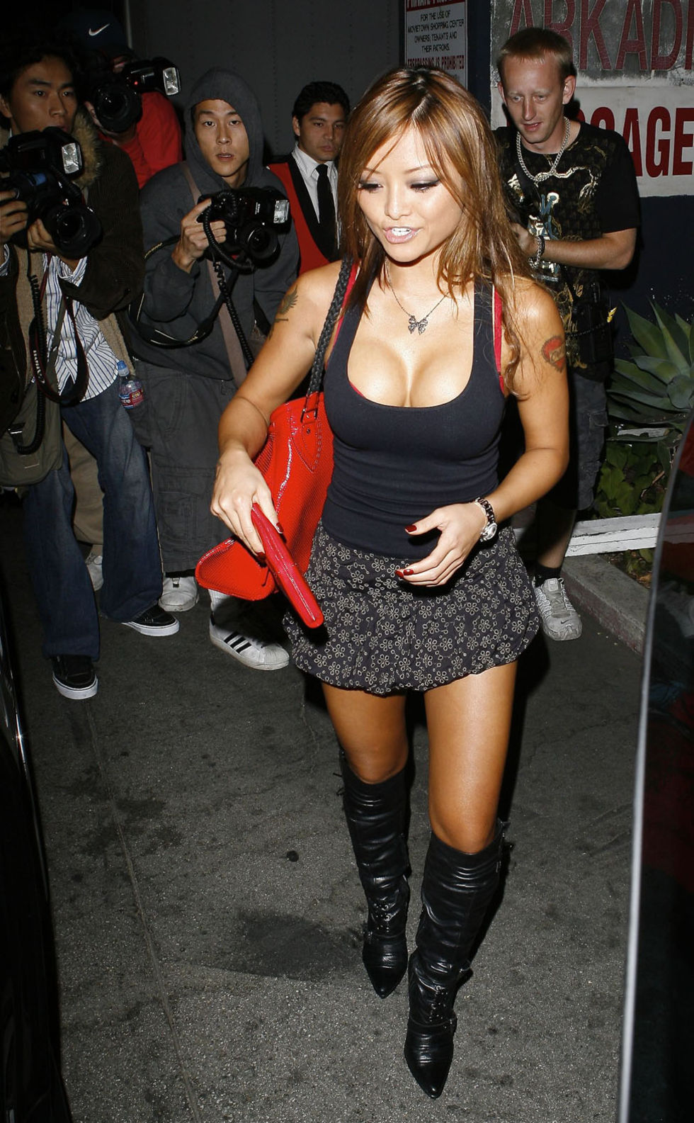 tila-teqila-cleavage-candids-in-hollywood-01