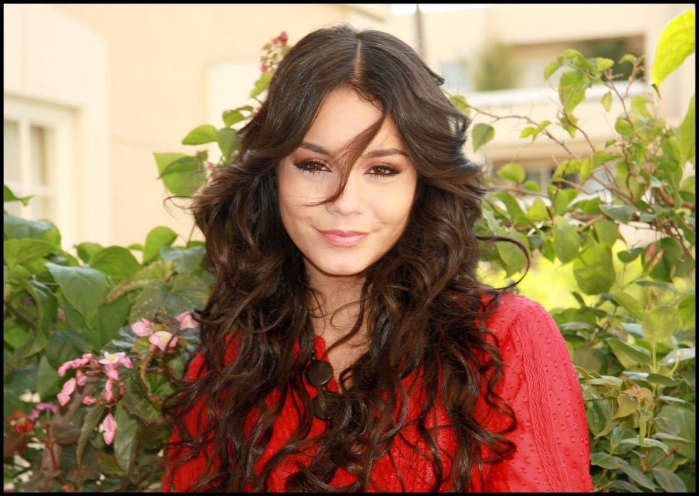 vanessa-hudgens-high-school-musical-3-senior-year-press-conference-portraits-01