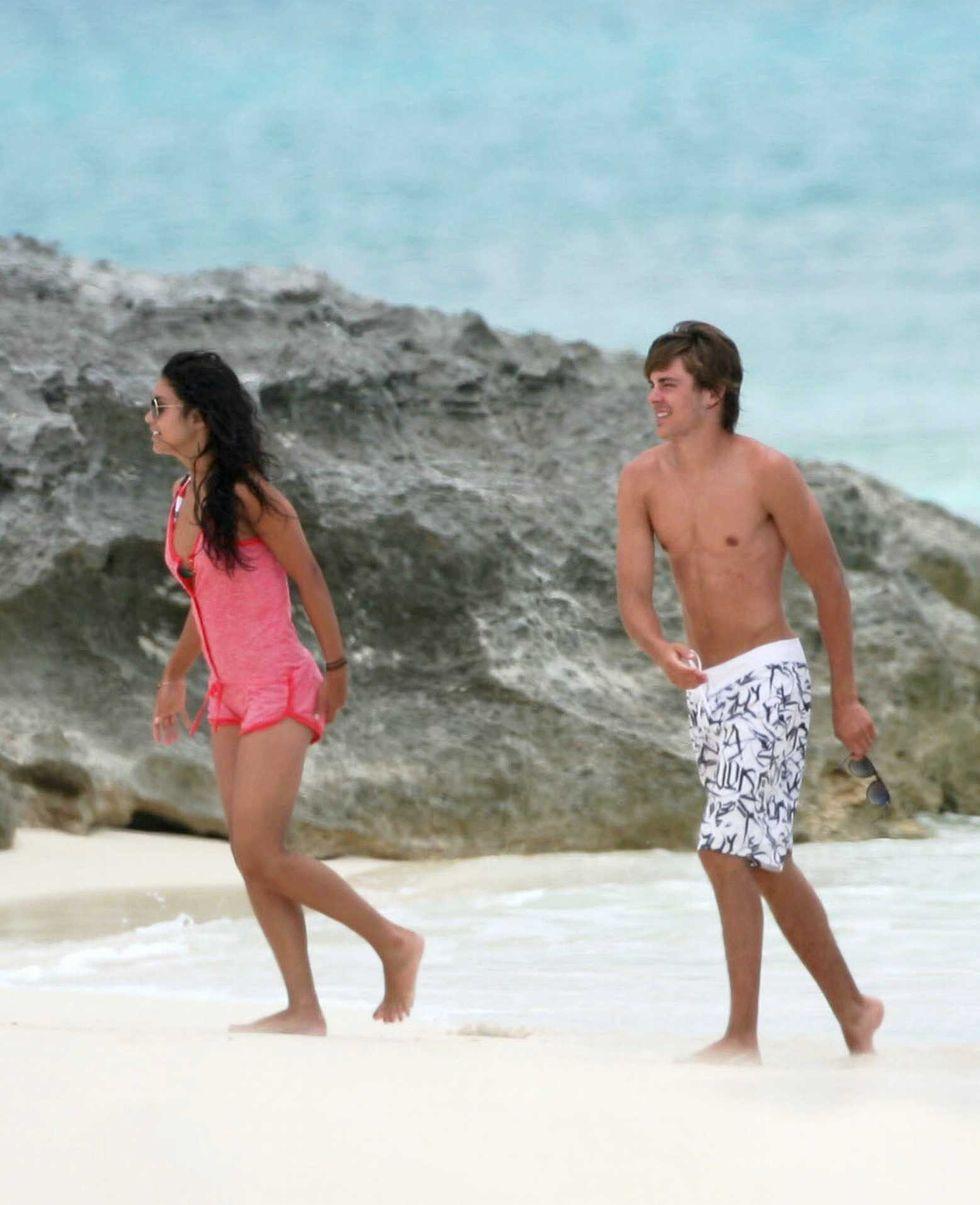 vanessa-hudges-bikini-candids-at-the-caribbean-islands-01